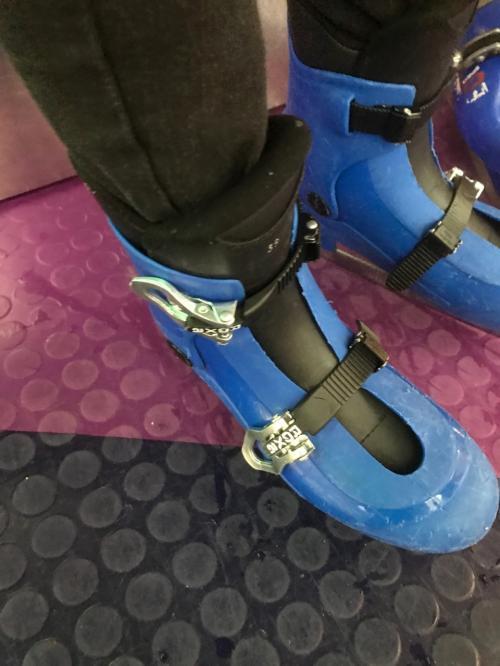 もちろん、シューズはレンタル。<br />でも、こっちのスケート靴はちょっと見慣れないカタチなんです。<br />スキーブーツのように、プラスチックのフォルムをバックルで締める仕様。<br />なんか不安定な気がしますが、それなりに締まるようです。<br />