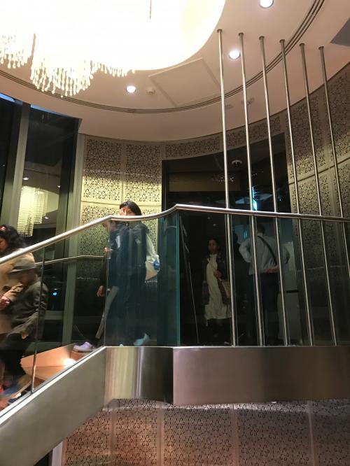 下の124階にも展望台があるので、降りていきます。<br />この煌びやかな階段も、まさにドバイって感じです(笑)<br />