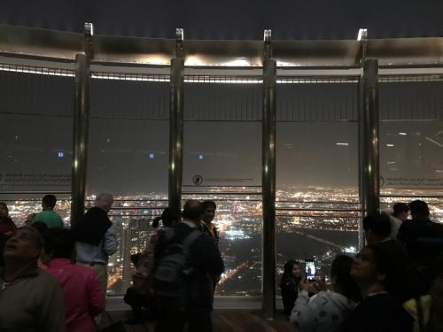 124階の展望台、ここの一部は屋外です。<br />これはいいですね(^^)<br /><br />SKYのチケットは持ってないので、ちょっと寛いでから降りてもう一度ファウンテンに向かいます。<br />ルートは、さっき来た道を逆戻り。<br />