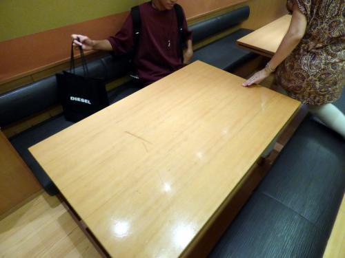 お店中央のテーブルに着きます