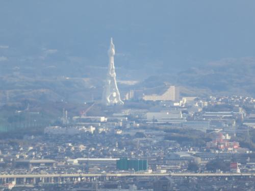 東側のかなり遠方に花火で有名なPLタワーはかなり遠いが撮れた