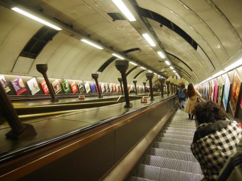 ロンドンチューブのながーーいエスカレーター<br /><br />ユーストンまで行きそこからワットフォード駅まで。<br />ユーストンからワットフォードって電車だよね?!<br />駅員さん、次男は電車はチケットいるっていうからいるんだよね?<br />と思いながらユーストン駅でインフォメーションのおじさんに聞くところ・・・<br />よーわからん!と!もう、時間あまりないのに・・<br />とりあえず、券売機で子供料金でるか試してといわれ、試したけどでないのでまわりのロンドナーつかまえて、きくと「多分いらないんじゃ?」と。<br />もう一か所のインフォメーションでもう一回きくと、次男はチケット必要ないと。<br />なんだよーーもう><<br />サンキュー、で!ワットフォードまでの快速は何時?ときくとあと3分!<br />いっそげーー!!!<br /><br />