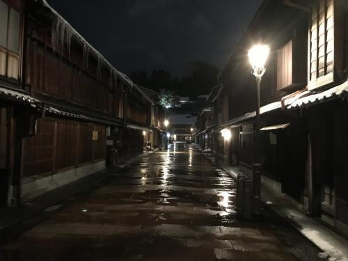 夕食後、ほろ酔いでひがし茶屋街へ。<br />人通りがほとんどありませんでした。。。
