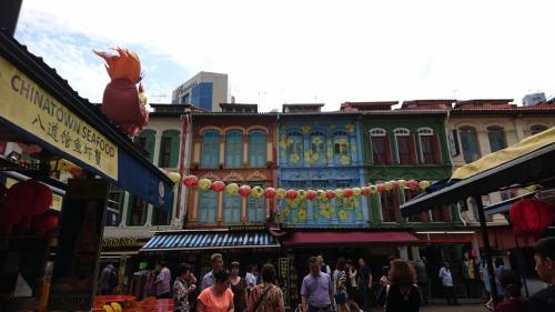 中華街でも、プラカナンっぽい建物が見られるのがシンガポールらしくていいですね。<br /><br />華僑の方も多い国だと思うけど、以外と中華街はこじんまりとしていて、華僑の方のコミュニティというよりも観光の側面が強いような印象を受けました。<br /><br />さて、時間がないので次のエスニックタウンへ行きましょう。