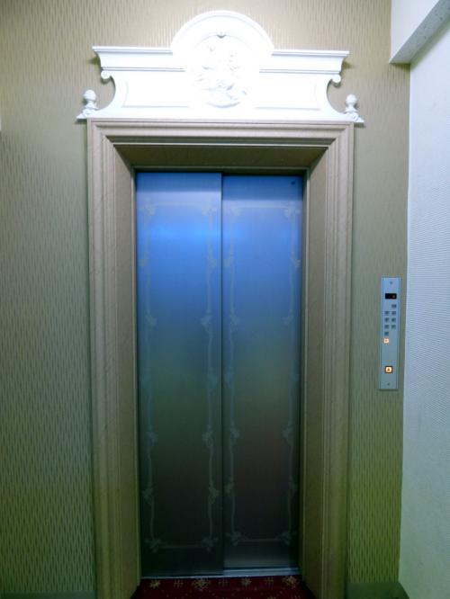 何故か2階からのエレベーターが1機