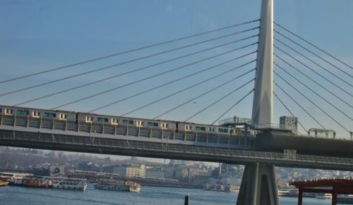 ボスポラス海峡クルーズ船から見た橋を渡る列車