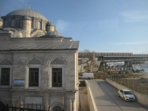 モスクと橋を渡る列車