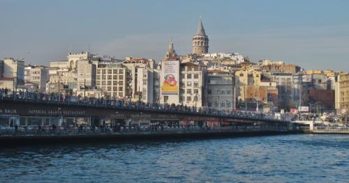 この橋には人影がいっぱい、実は皆、釣り人が所狭しと並んでいるんです。
