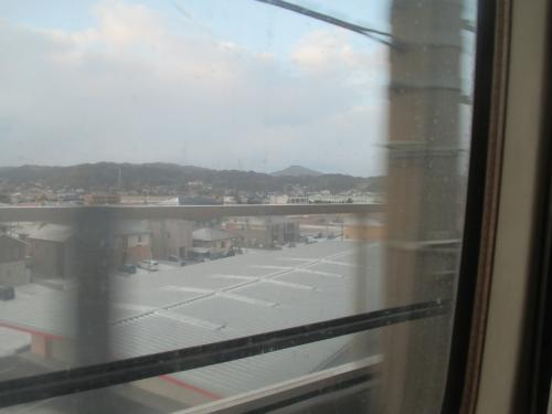 いつものように新幹線で移動。<br />外は雪模様。