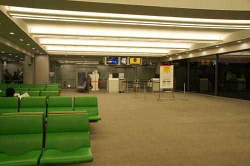 こちらが40番ゲート。<br />早い時間に撮ったのでガラガラですが、搭乗時間には座れない人が多数出るほどの混雑になりました。<br /><br />優先搭乗、後方席、前方席と続きます。<br />搭乗の前には『他人から預かった荷物を持っていないか?』などの最終チェックがありました。