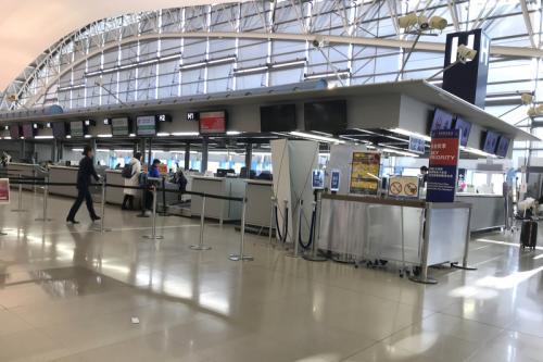 念のために下見しておきます。空港の一番端にありました。<br /><br />その後はスーツケースを転がしながらターミナル内を歩き回って時間を潰します。<br />空港内は暖かく、冬服だと暑いくらいでした。現地の服装に着替えてもよかったかも。<br />喉が乾いたのでファミリーマートで飲みきりサイズのペットボトル(100円)を購入しました。