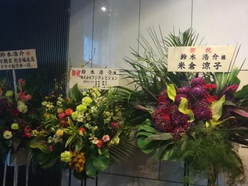 東京下術劇場へ。<br />ロビーには花であふれていました。花の香りがすごい。
