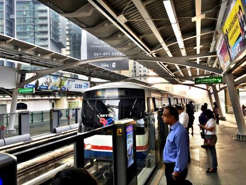 BTSプロンポン駅。<br /><br />朝のラッシュ時間。