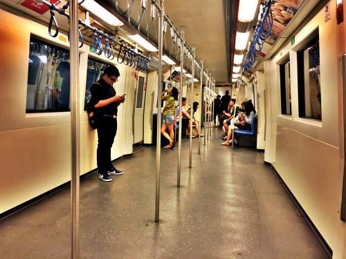 地下鉄も混んでいますが、シーロムあたりでみんな降りていき、終点のファランポーンにはそんなに向かう人はいない感じ。<br /><br />終点のファランポーン駅で下車。