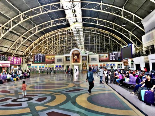 駅構内へ。<br /><br />ドーム状の屋根が印象的です。<br /><br />国王の写真が新国王になっていました。<br />