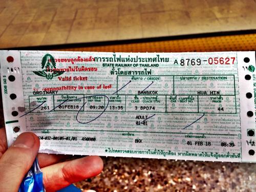 ホアヒンまでの普通列車、料金なんと44B。<br /><br />宿から駅までのBTS(16B)+MRT(28B)代とほぼ同額。<br /><br />どうなってるんだ、タイの国鉄!もうかるのか!?<br />