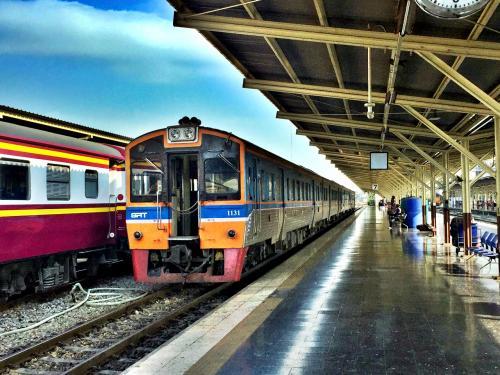 出発数分前に列車が入ってくる。<br /><br />意外にも多くの乗客が列車待ちしていて、到着のとたんに人だかりが。<br /><br />自由席なので、みんな良い席をゲットしようとわらわらと列車に乗り込んでいく。<br />