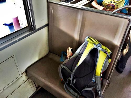 トイレ脇のボックスシートをゲット。<br /><br />この硬座でホアヒンまで約4時間の旅。<br />