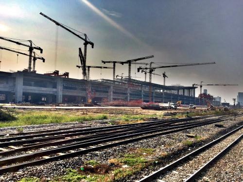 途中で大きな駅を建設しているのを発見。<br /><br />タイ国鉄と言えばボロいひなびた路線というイメージですが、新しい駅や線路もどんどん建設しているよう。<br /><br />タイに新幹線が通る日も近いのか?