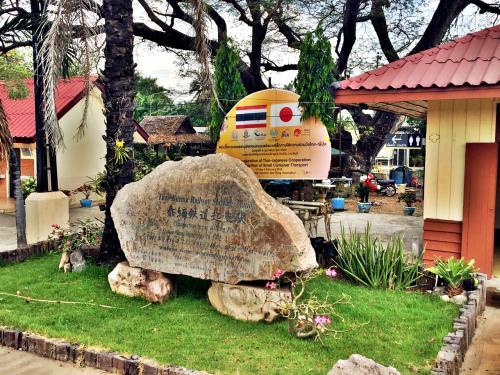 途中の駅で発見した、泰緬鉄道(タイ・ミャンマー鉄道)の石碑。<br /><br />日本の国旗も確認できますね。<br /><br />「戦場にかける橋」の出発点を記念したものっぽい。<br /><br />