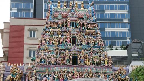 着いた。インド~!<br /><br />一気に雰囲気が変わります。<br /><br />これはお寺。細工にところどころ象がいるのがインド感溢れます。