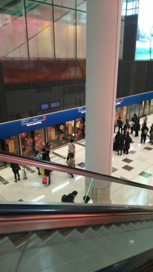 まずターミナル間を電車に乗り移動。ホームドアもお正月モードです。<br /><br />