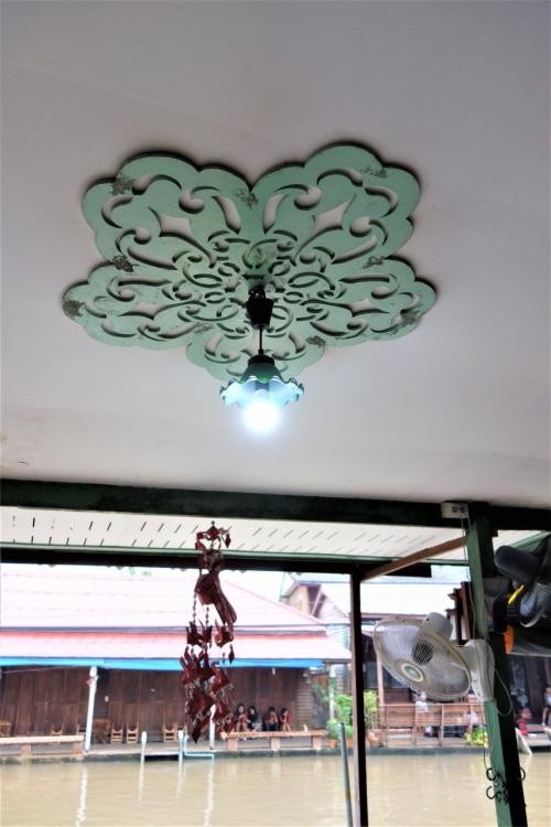 Baan rak Amphawa(バーン ラック アムパワー)<br /><br />12月05日(火)<br /><br />照明周りの天井の模様もお洒落~~