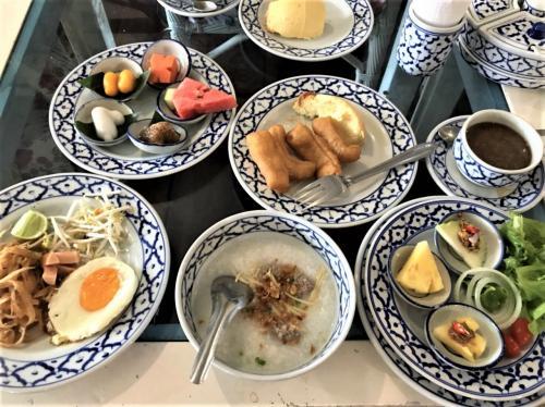 Baan rak Amphawa(バーン ラック アムパワー)<br /><br />12月05日(火)  <br /><br />パイナップル柄の食器と相まってとっても色鮮やか!!<br />お食事も進みます。