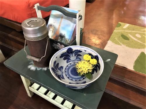 Baan rak Amphawa(バーン ラック アムパワー)<br /><br />12月05日(火) <br /><br />ちょっとしたコーナーには西インドジャスミン等の<br />鮮やかな黄色いお花が水鉢に浮かんでいて<br />