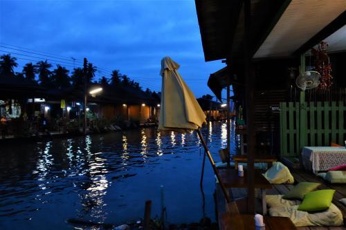 ワットチュラ運河(Khlong Wat Chula)<br /><br />12月05日(火)  06:15<br /><br />小鳥の鳴き声で気持ちよく目覚めて<br />ワットチュラ運河(Khlong Wat Chula)に出てみると<br />