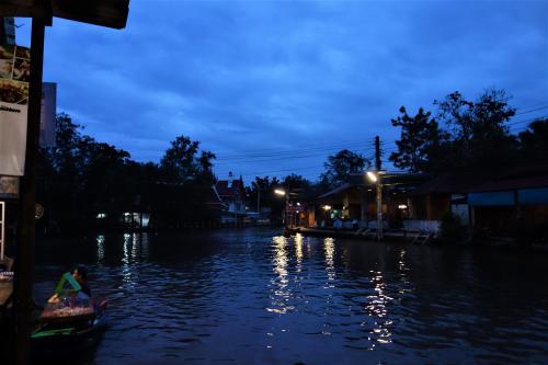 ワットチュラ運河(Khlong Wat Chula)<br /><br />12月05日(火)<br /><br />夜明けの光に浮かぶ街灯の明かりが