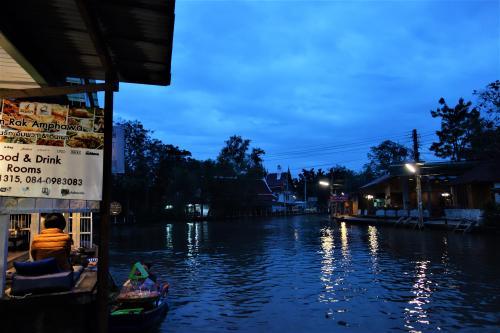 ワットチュラ運河(Khlong Wat Chula)<br /><br />12月05日(火)<br /><br />川面に映って幻想的