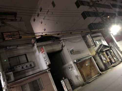 この屋根が付いた小さな路地の奥に私たちの本拠地(店)があります。いよいよ半月ほどの旅の始まりです。