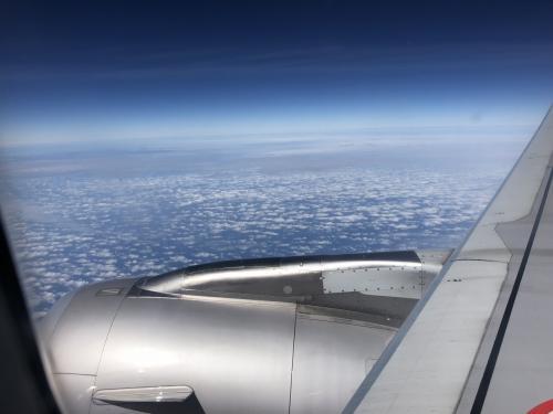 飛び立った大空の上。関空からダナンまで5時間くらいのフライトです。