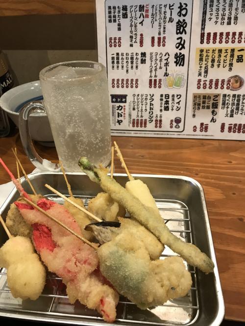 どれでも一本80円の カドヤさん<br /><br />大阪ならではの紅ショウガの串カツ<br />いただきます<br /><br />1人5本食べて酎ハイ飲んで 2人で1500円にならず。<br />ランチかっ!