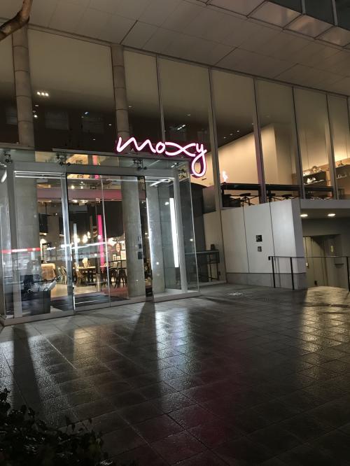 さぁさぁ、修行に出ますよ。<br />皆さん 準備はいいですか?^ ^<br /><br />まずは 一軒め<br />去年 2017年11月にオープンしたばかりの こちら<br />モクシー大阪本町<br /><br />地下鉄堺筋本町駅より 徒歩6分…<br />と書いてありましたが そんなに遠くない感じ<br /><br />エッジの効いたとんがったホテルを目指す<br />という 今ひとつ伝わらない コンセプトのこのお宿<br /><br />堺筋通りから ローソンをのある交差点を左に曲がると直ぐ<br /><br />つるとんたんもすぐ近くにあるとてもいい場所<br /><br />スタンダードツインのお部屋<br />マリオットアプリからの予約<br />税込14.030円