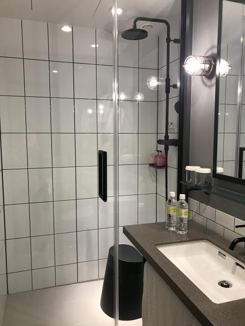シャワーは備え付けとハンドシャワーの二種類<br />イスもあって 使い心地は 良いです<br /><br />でもでも なぜにリンスインシャンプー⁉︎<br />洗ったら 次の日 手ぐしすら通らない ゴワゴワヘアー<br />ヽ( ̄д ̄;)ノ=3=3=3<br /><br />もう少し ランクあげてください!