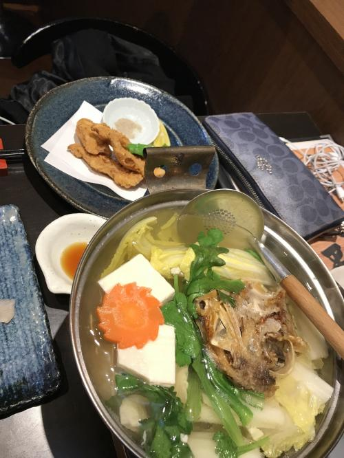 鯛のカブト入り湯豆腐<br />ダシが出ている~<br /><br />奥は ふぐの唐揚げ<br /><br />一杯ずつ飲んで 2人で3600円<br />お通し代もなかった<br /><br />魚の問屋さんの経営のお店だけあって<br />お魚 美味しかった!
