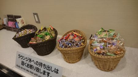 チョコやクッキー、柿の種など。