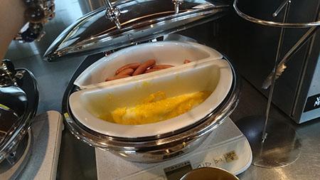 朝ごはんタイムでしたので、卵やソーセージがありました。
