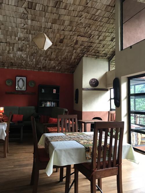 ホテルのレストラン。<br />レセプションとお土産屋さんがある棟にあります。<br />レストランは小さく、3テーブルくらいしかありません。<br />ホテルで飼っている黒ネコがうろうろ<br />人なつこくて可愛らしいです。<br />夕食は19時頃にお願いしました。<br />