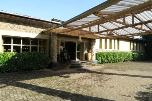 ホテルをチェックアウトします。<br />自然を満喫できるよいホテルでした。<br />ここから車でウガンダとの国境まで1時間程走ります。<br />ルワンダの道路は舗装されていて、ゴミもなく綺麗です。