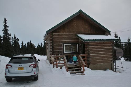フェアバンクスの最初の4泊は、日本人経営のAurora Borealis LodgeのLogan's Chaletに宿泊します。<br /><br />TripAdviserなどでも評価の高いオーロラ鑑賞に最適といわれている宿で、フェアバンクスの街から20km程度北の山の上にあり周囲にオーロラを遮る明かりはなく、さらになぜかフェアバンクスよりも気温が20度程度暖かいといいことずくめの宿です。<br /><br />宿のHPから直接予約。人気宿なので予約はお早めに。<br />http://auroracabin.com/?lang=ja