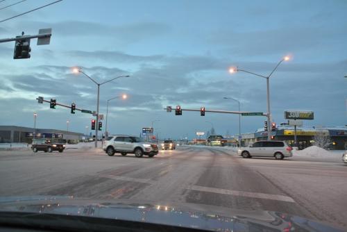 街中へ入ると、道が滑るに加えて交通ルールが難しいらしい。<br /><br />右折(左ハンドルなので、感覚的には日本でいう左折)は、正面の信号無視して曲がってもいいらしいく、ぼーっとしているとクラクションを鳴らされて、あわてて曲がるとつるつる滑り、なかなか慣れないようです。