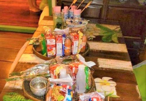 Baan rak Amphawa(バーン ラック アムパワー)<br /><br />12月05日(火)  <br /><br />ホールには托鉢用の食べ物やお花が用意され