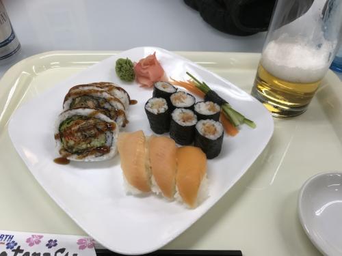 寿司ノースのオーロラセット20ドル<br />有名なブルックスビストロから<br />A&Wやティムホールトンなどファーストフードも一通り出店しており<br />予算に応じて外食できます。