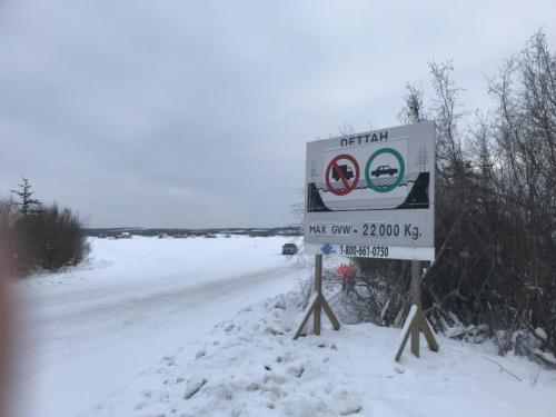 アイスロード入口<br />湖が凍って車での通行が可能になってしまうという<br /><br />