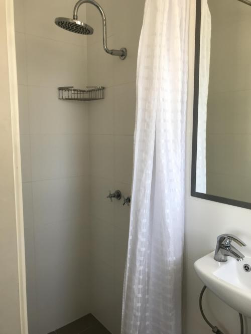 シャワールームは狭いですが必要十分