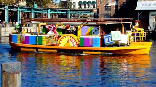 その後は、アメリカンウォーターフロントにある橋の下に行き、ピクサー・パルズ・スチーマーを見ます。<br />一瞬ですが、トランジットスチーマーラインに乗ったトイ・ストーリーやモンスターズ・インクのキャラクターが2隻の船でやってきます。