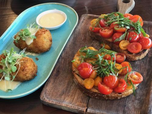 コロッケとミニトマトのブルスケッタ風<br /><br />どちらも美味しかったです<br /><br />オーストラリアはミニトマトの種類が豊富で色鮮やかで<br />ほんと美味しいです